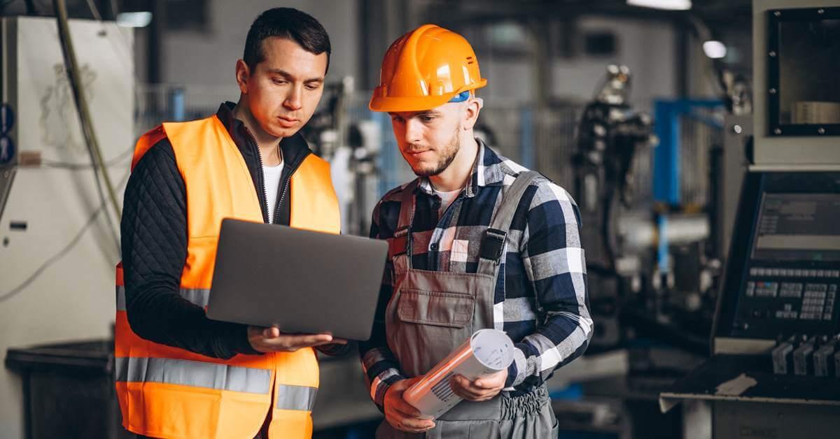 Inženjeri gledaju u laptop