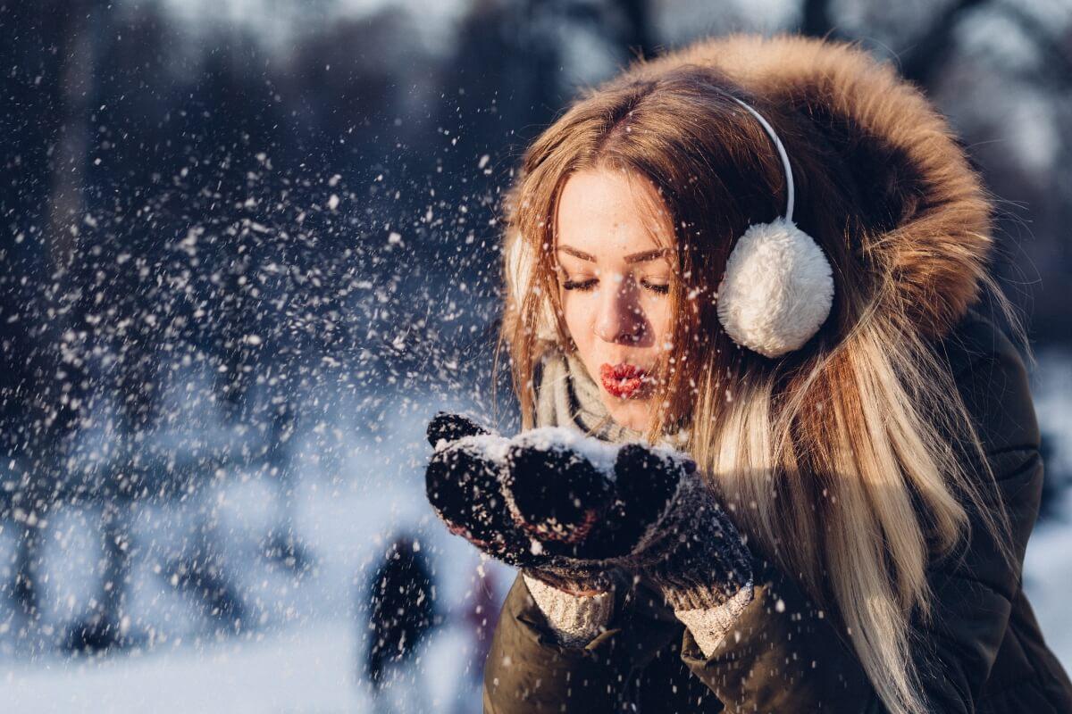 Devojka grudve snega