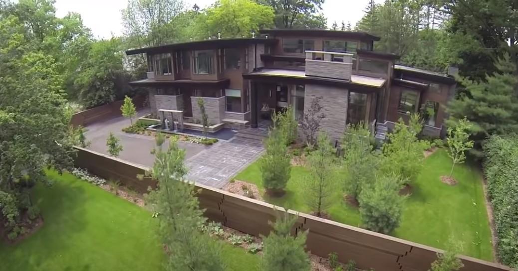 Moderna kuća sa zelenilom