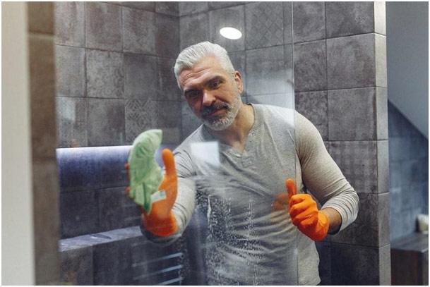 Čovek čisti kupatilo